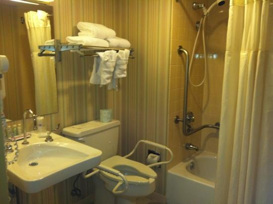 BEST WESTERN Genetti Hotel & Conference Center: bath room