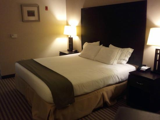 Holiday Inn Express: view of bed