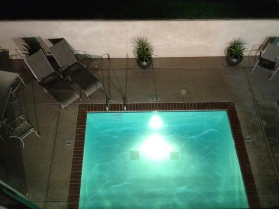 La Quinta Inn & Suites Fresno Riverpark: night time view of the pool.