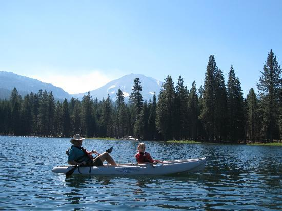 Manzanita Lake Campground: Kayaking on Manzanita Lake