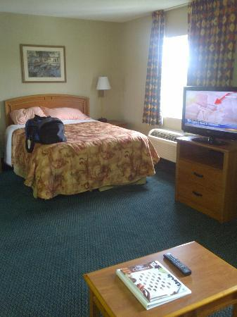 MainStay Suites Charlotte : bed/TV