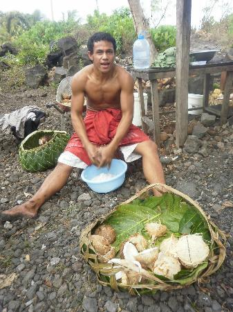 Va-i-Moana Seaside Lodge: Andy making coconut milk for the umu - homemade is best