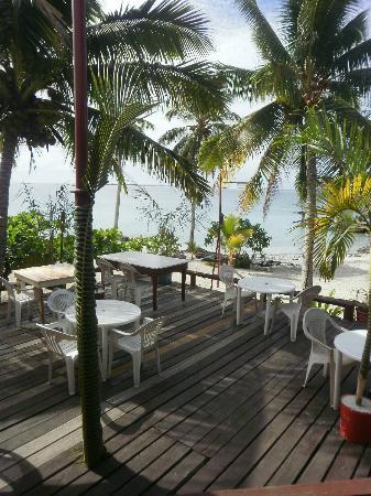 Va-i-Moana Seaside Lodge: Lower deck overlooking the beach