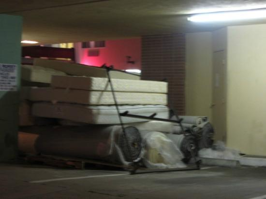 Presidio Inn & Suites: Matresses piled up outside (bedbugs?)
