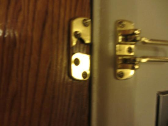 Presidio Inn & Suites: Broken lock