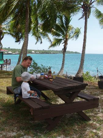Va-i-Moana Seaside Lodge: Picnic tables provided for guests