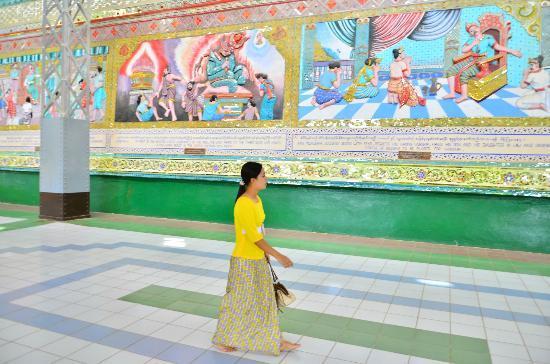 Shwethalyaung Buddha: จิตรกรรมปูนปั้นที่ฐานรอบองค์พระพุทธรูป
