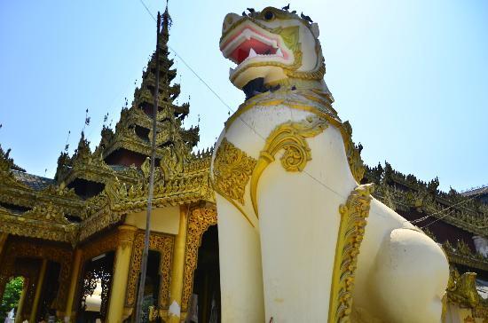 Shwethalyaung Buddha: สิงห์หน้าทางเข้า