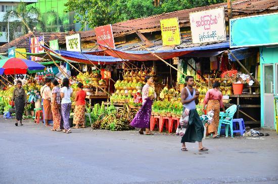 Botahtaung Pagoda: ร้านขายของเครื่องเซ่นหน้าวัดBotatoung Pagoda
