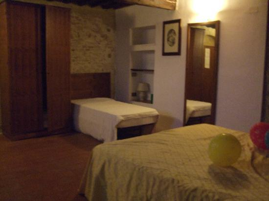 Villa Dini: Bedroom 1 large with 1 double, 1 single, nice & cool at night.