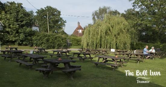 Ticehurst, UK: Plenty of outdoor seating!