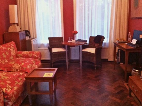 Vondel View B&B: salotto della camera/living room