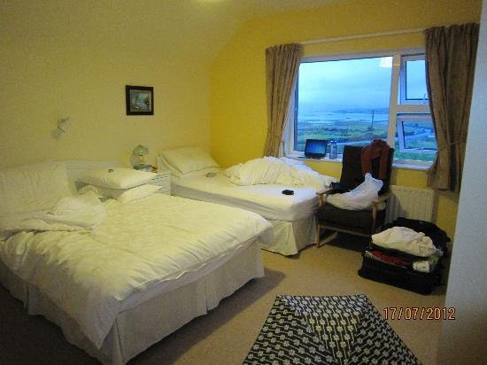 Waterfront B&B : Our twin room (which is actually a triple room with one double bed & one single bed).