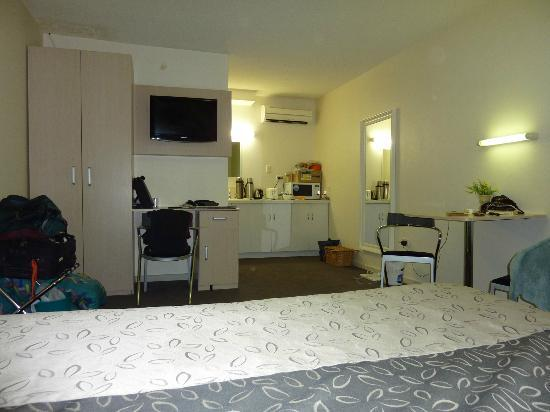Adelaide Granada Motor Inn: looking from bed towards kitchenette