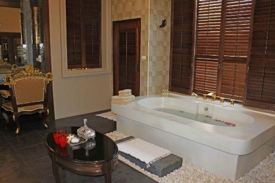 Ammatara Pura Pool Villa: BIG bath