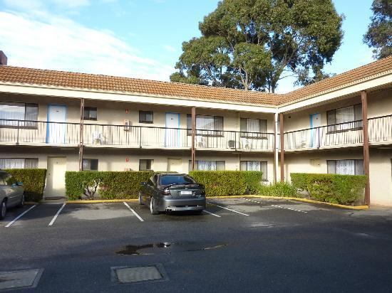 Adelaide Granada Motor Inn: Rear courtyard rooms