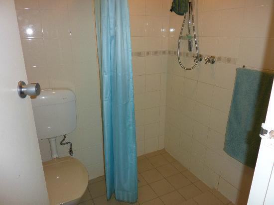 Adelaide Granada Motor Inn: shower/toilet room