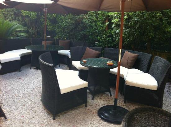 Ideal Sejour Hôtel : coin lounge magnifique au milieu des oiseaux!!