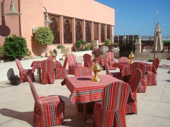 Al Waddan Hotel: Outdoor area outside the dining room