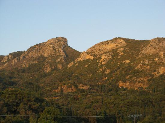 Alekos Rooms and Apartments : Blick Gartenseite auf Berge