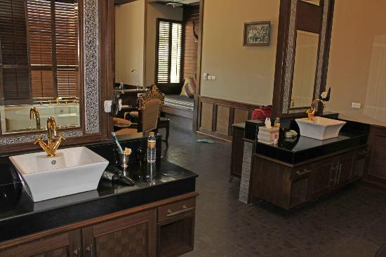 Ammatara Pura Pool Villa: Washbasins and mirrors