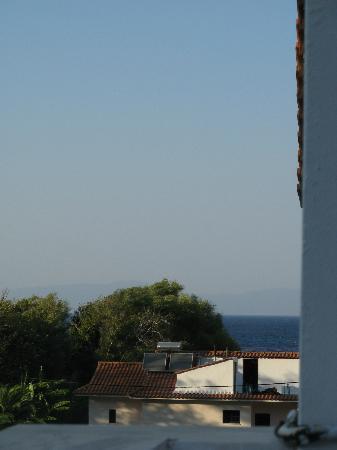 Alekos Rooms and Apartments : Blick am Haus vorbei nach vorne aufs Meer