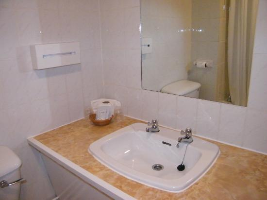 Beaufort Park Hotel: bathroom