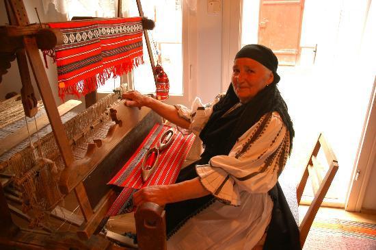 Bunica Eugenia Pensiunea Agroturistica: Grandmother weaving