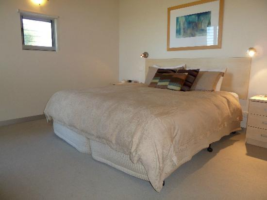 Adina Vineyard & Olive Grove: King size bed in the bedroom