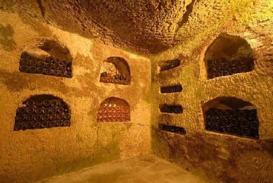 Caves Louis de Grenelle : Niches contenant de vieilles bouteilles