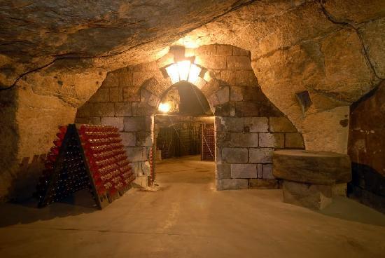 Caves Louis de Grenelle : Entrée de la cave à 12 mètres sous terre