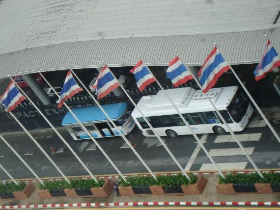 Novotel Bangkok IMPACT: Runs around the exhibition hall building, taking u to the opposite side for local stores