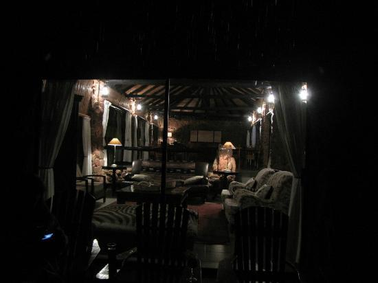 Leopard Mountain Safari Lodge: View towards the dinning area from the outside balcony