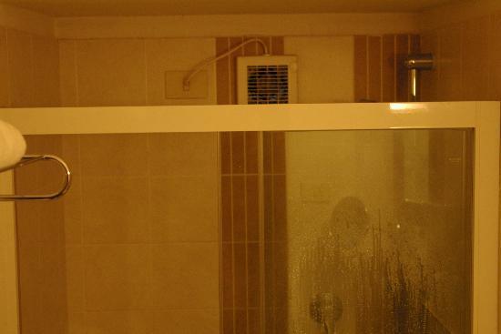 Hotel Arcobaleno: ORRORE !!! un estrattore elettrico DENTRO il box doccia