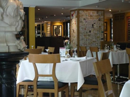 Neil's Tavern Restaurant & Bake Shoppe: 店内