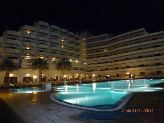 Hotel Apartamento Brisa Sol: Hotel and pool are by night