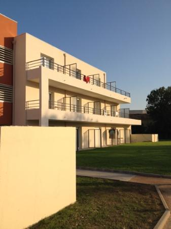 Comfort Suites Cannes Mandelieu : the building we stayed in