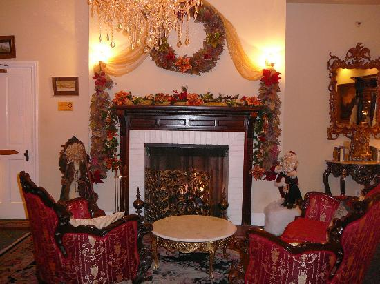 Queen Anne Hotel: Fireplace/Sitting Room