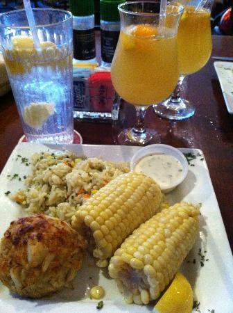 The Federal House Bar & Grille : Crab cake dinner with sangria
