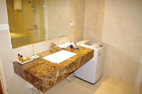 Admiral Premier Bangkok by Compass Hospitality: Nice vanity and washing machine