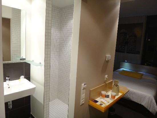 Chambre avec douche impeccable très propre et moderne bild von
