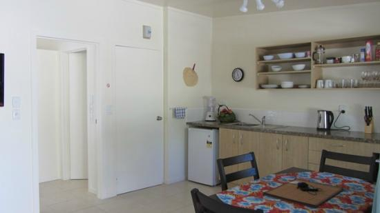 Coral Sands Apartments: Kitchen area