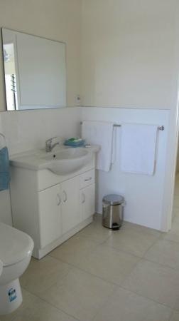 Coral Sands Apartments: Bathroom