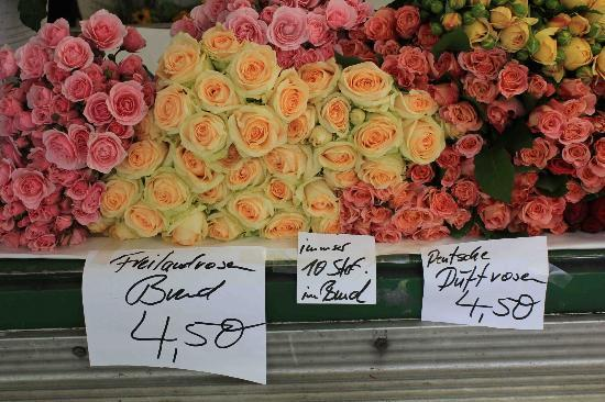 Schoenhouse Apartments: Fragrant roses at the Saturday market on KKStrasse
