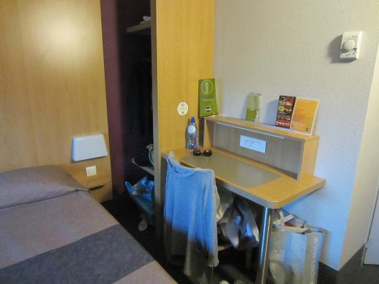 B&B Hotel Lille Centre Grand Palais: Desk & wardrobe