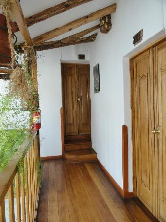 Hostal El Grial: Upstairs hallway and room doors