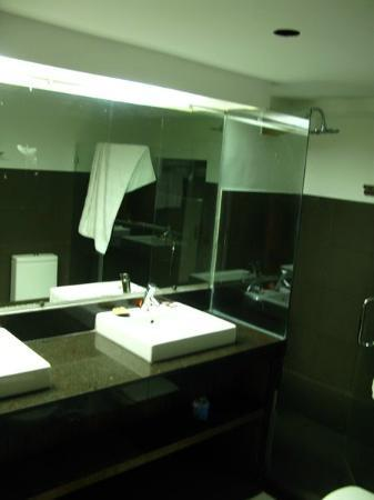True Home Hotel, Boracay: One bathroom, double sinks