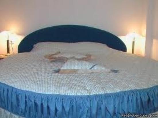 Italia: Round King Size Bed