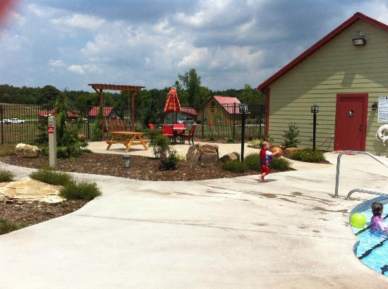 Santa's Lakeside Cottages: Picnic area and laundry/restroom - next to Pool/splash pad