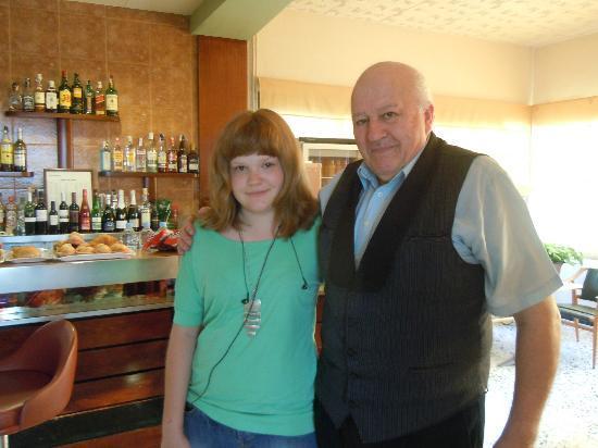 Hotel Sant Jordi: Дочка с синьором Доминго около бара